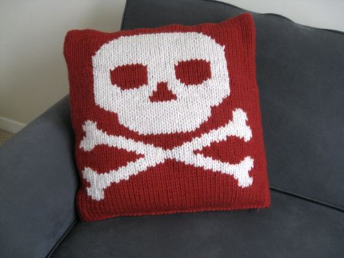 Free Pattern   Skull and Crossbones Cushion Cover